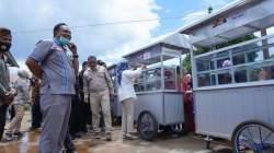 Bupati Buton Selatan, Laode Arusani menyerahkan bantuan gerobak jualan (Foto: Ist)
