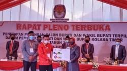 Ketua KPU Koltim, Suprihaty Prawaty Nengtias , menyerahkan SK penetapan hasil pilkada kepada pasangan calon nomor 2.