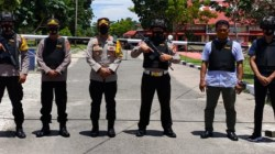 Kapolres Wakatobi AKBP Suharman Sanusi, S.I.K. (tengah) bersama anggota piket (Foto: Ist)