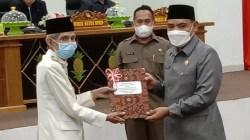 Penyerahan rekomendasi DPRD terhadap Laporan Keterangan Pertanggungjawaban (LKPJ) Wali Kota Baubau Tahun 2020 (Foto: Aisyah Welina/SULTRAKINI.COM)