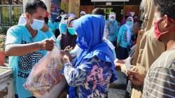 Alumni Smansa 90 berbagi paket sembako di Bulan Ramadan, (Foto: Ist)