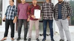 Ketua Geradin Muna Abdul Rahman, SH, MH (memegang tanda terima surat) bersama perwakilan CPNS Muna yang belum mendapatkan NIP di kantor DPRD Muna, (Foto: LM Nur Alim/SULTRAKINI.COM)