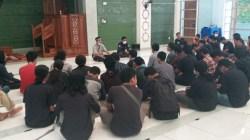 Sejumlah Mahasiswa Teknik UHO melakukan doa bersama (Foto: Al Iksan/SULTRAKINI.COM)