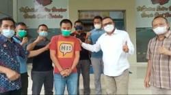 Tersangka R (kaos orange) saat diserahkan ke BNNP Sultra, (Foto: Riswan/SULTRAKINI.COM)