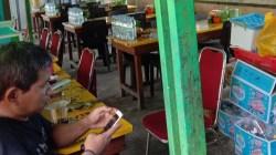 Suasana Warteg Soto Lamongan di sekitar Tugu Religi Eks MTQ Kendari tampak sepi dari pengunjung, (Foto: Wa Rifin/SULTRAKINI.COM)