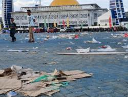 Sampah Kotori Halaman Masjid Al Alam Kendari Pasca-Munas Kadin