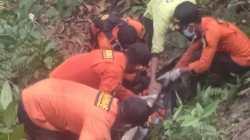 Tim Basarnas Kendari berhasil menemukan korban yang hilang di hutan Desa Paku Jaya, (Foto: Dok. Basarnas)