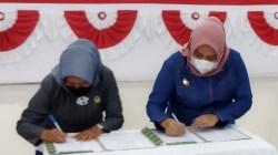 Bupati dan Ketua DPRD Koltim saat menandatangani Raperda Pertanggungjawaban APBD Tahun 2020, (Foto: Hasrianty/SULTRAKINI.COM)