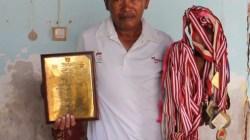 Abdul Rajak, menunjukkan puluhan medali yang diraihnya, (Foto: Amran Mustar Ode/SULTRAKINI.COM)