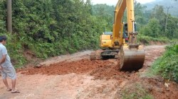 Proses pekerjaan jalan di Kecamatan Tinondo, Uluiwoi, dan Ueesi, (Foto: Hasrul Tamrin/SULTRAKINI.COM)