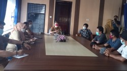 Buruh TKBM Tunas Bangsa Mandiri yang mengeluarkan mosi tidak percaya melakukan hearing bersama Kepala Dinas Koperasi di Ruang Rapat Dinas Koperasi dan UMKM Sultra, (Foto: Hasrul Tamrin/SULTRAKINI.COM)