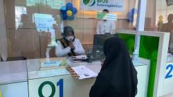 Kepala Cabang BP Jamsostek Sultra, Minarni Lukman, memberikan layanan khusus peringati Hari Pelanggan Nasional, (Foto: Ist)