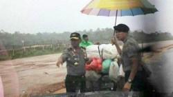 Aksi Heroik Kapolda Sultra Sampai Basah-Basahan di Tengah Jalan