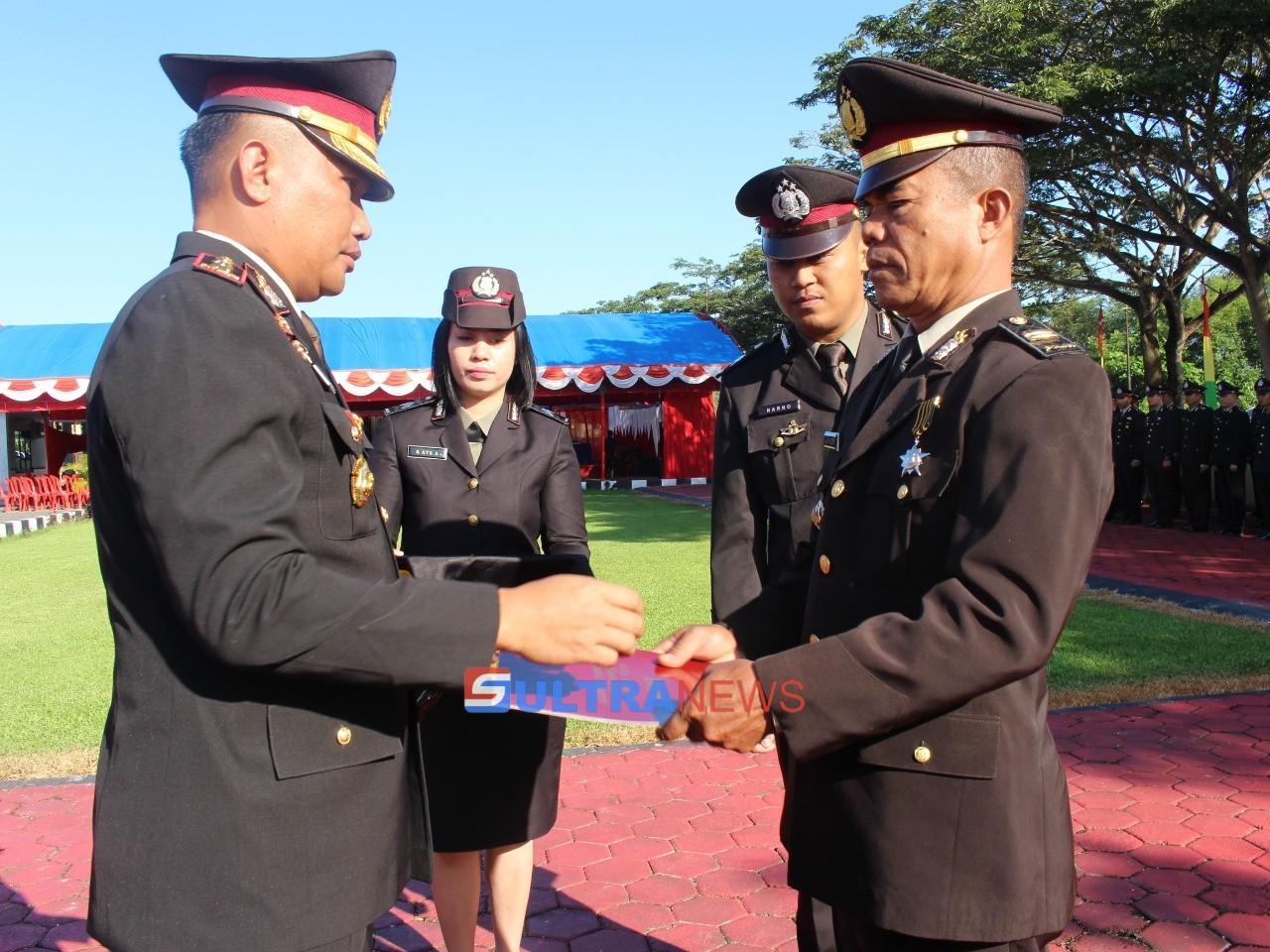 Kapolres Konawe AKBP Muh Nur Akbar, saat memberikan penghargaan kepada anggotanya