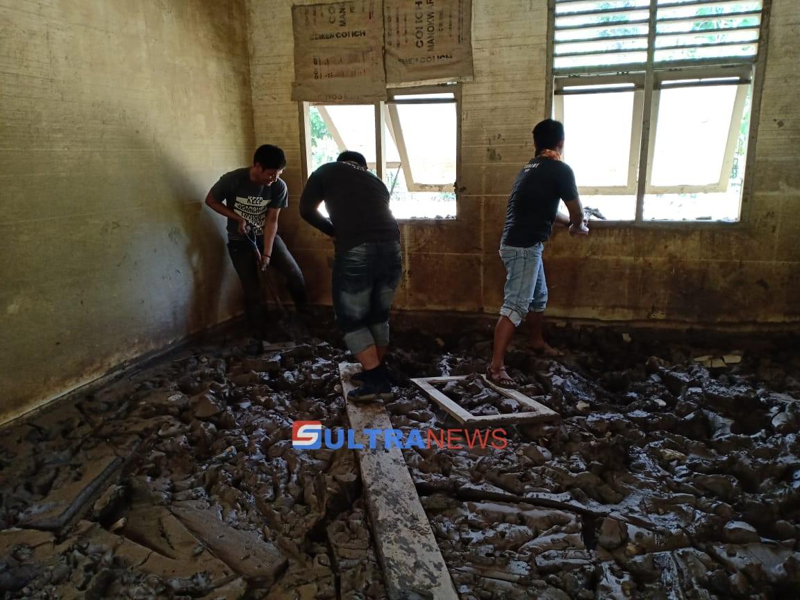 Menengok Proses Pembersihan Gedung Sekolah Terdampak Banjir di Konawe
