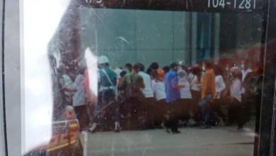 Diduga Melanggar Prokes, Pegawai Pemprov Sultra Berkerumun Rebutan Kaos Bertuliskan Jokowi