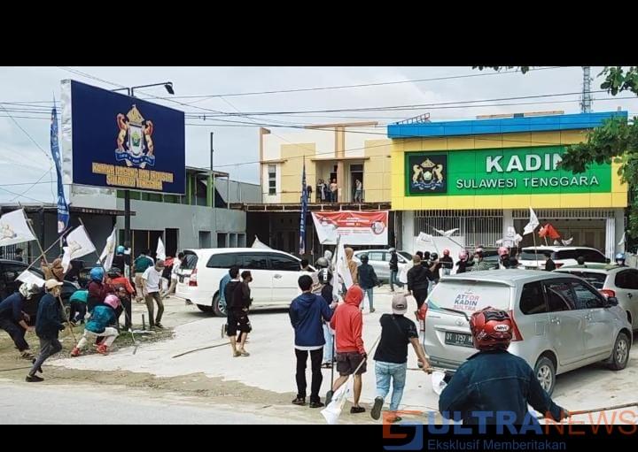 Demontrasi Tak Terbendung, Pasilitas Kantor Kadin Sultra Dirusak Pendemo