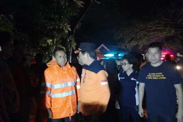 Tengah Malam, Walikota dan Ketua TP PKK Kota Manado Pantau Korban Banjir Mahawu dan Bailang