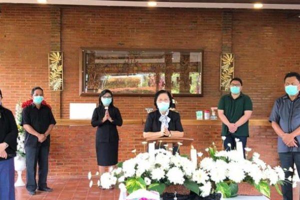 Ajak Tokoh Agama Dukung Pemprov Sulut Berantas Corona, Gubernur Olly Bersama Keluarga Gelar Ibadah Jumat Agung