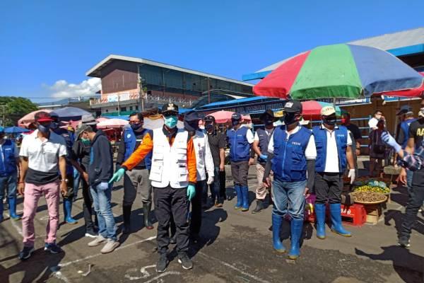 Bagikan 1000 Masker Gratis, FKDM Bersama GSVL dan Kristo Ivan Lumentut, Pantau Rekayasa Pasar Pinasungkulan, serta Lakukan Penyemprotan