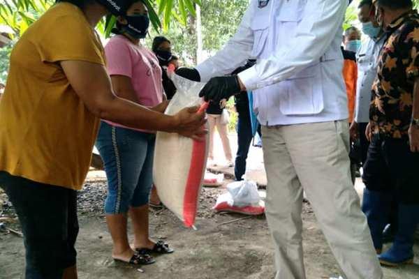 Setelah Bunaken dan Wanea, Walikota Serahkan Bansos di Kecamatan Mapanget
