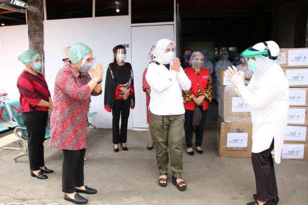 Ibu Rita Dampingi Istri Mendagri Salurkan APD Bantuan OASE di RS