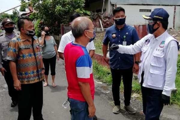 Walikota GSVL Salurkan Bantuan Social Safety Net di Sario Kota Baru Kecamatan Sario
