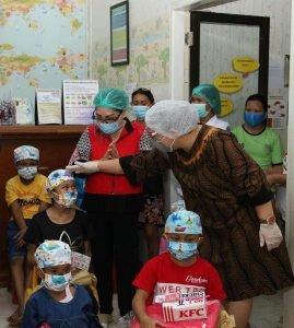 Ibu Rita Berbagi Kasih dengan Anak Penderita Kanker di Klinik Estella