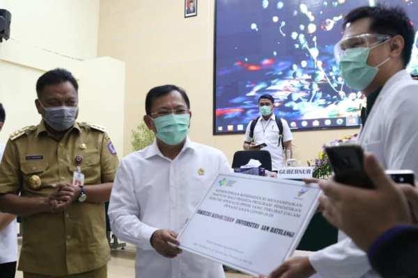 Gubernur Olly Dampingi Menkes Terawan, Serahkan Insentif ke Dokter Residen