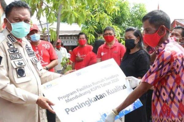 Sambangi Bunaken, Gubenur Olly Serahkan Bantuan Rumah Swadaya dan Bibit Kelapa Pandan Wangi
