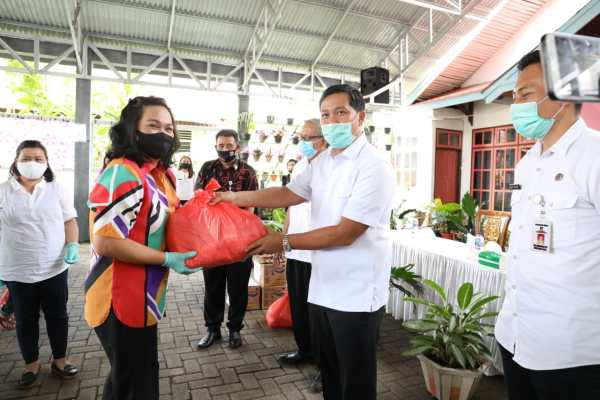 Salurkan Bantuan untuk IKM Tomohon, Wagub Kandouw Ajak Warga Berikhtiar Hadapi Pagebluk Covid-19