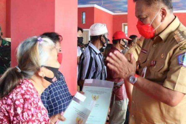 Gubernur Olly Serahkan 250 Sertifikat Tanah Program PTSL di Desa Tambala