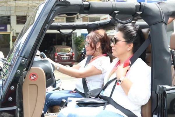 Nyetir Mobil Sendiri, Ibu Devi dan Ibu Rita Setia Dampingi Sang Suami Mendaftar di KPU Sulut