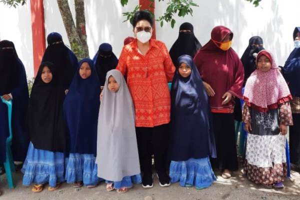 Ibu Rita Kunjungi Bolmong, Kotamobgu dan Minsel Bagi Masker dan Tali Kasih