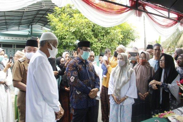 Disambut Bupati Hulu Sungai Utara Drs H Ahmad Chairansyah, Jenazah Alm KH Rizali M Noor Telah Diantar Praseno Hadi