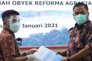 Dipimpin Jokowi, Gubernur Olly Ikuti Penyerahan SK Hutan Adat, Hutan Sosial & TORA