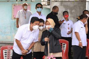 Wagub Kandouw Dampingi Mensos Risma Datangi Lokasi Banjir & Longsor di Manado-Minahasa dan Berbagi Bantuan ke Warga