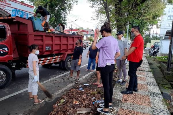 Kolaborasi Pemprov Sulut, Manajemen Sulut United  Bersihkan Sampah di Kota Manado