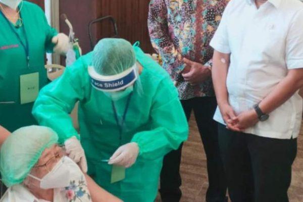 Gubernur Olly Dampingi Menkes Budi Tinjau Vaksinasi Massal untuk Lansia di Kantor PGI