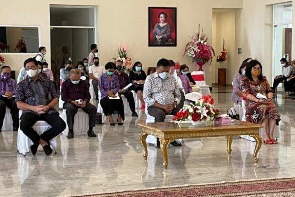 Terapkan Prokes Ketat, Olly-Steven Ibadah Minggu Bersama Pendeta Emeritus