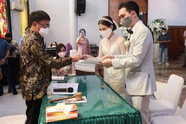 Walikota Angouw melakukan Pencatatan Pernikahan di Gereja GMIM SION Ranomuut