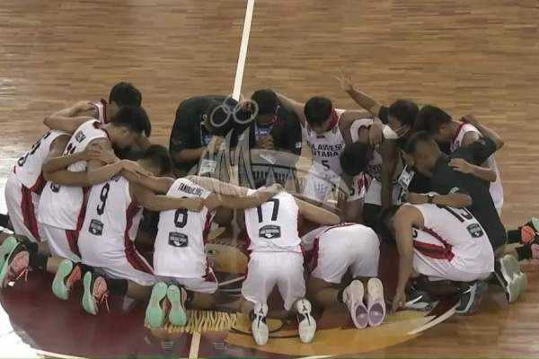 Manager Tim Putra Basket Sulut Clay Langsung Pimpin Doa di Lapangan Basket MSC Papua
