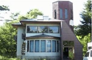 福島県北塩原村 緑に囲まれたユニークな建物