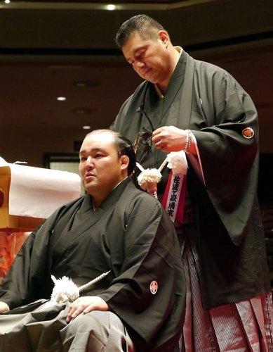 Sadogatake Oyakata realizando el último corte en el oicho-mage de Kotoyutaka (Foto Akinomaki, Sumoforum.net)