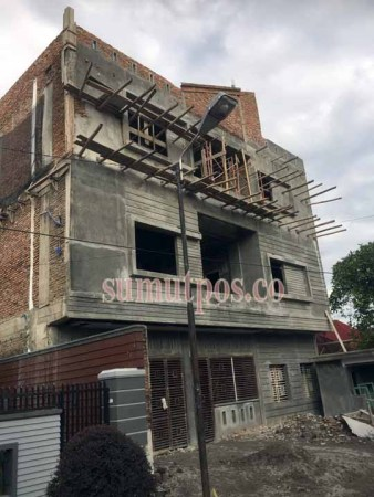ISTIMEWA LANGGAR IZIN: Bangunan ruko di Jalan PON III, Kelurahan Pasar Merah Barat, Medan Kota, yang duga mentalahi izin. DPRD Medan mendesak Dinas TRTB Kota Medan segera membongkar bangunan ini.