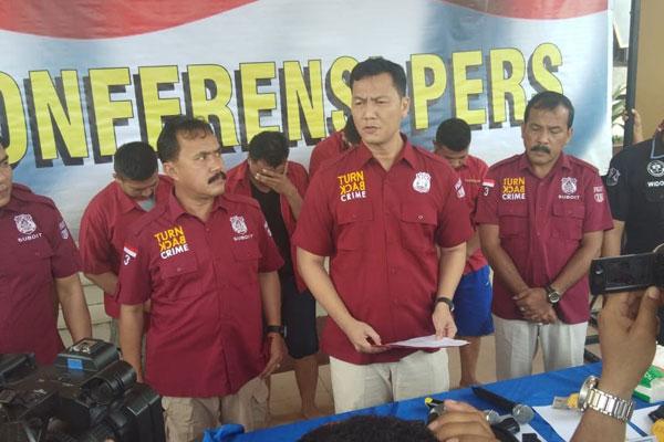 JELASKAN: Wadireskrimum Polda Sumut, AKBP Donald Simanjuntak menjelaskan terkait anggota Polri terlibat perampokan di Mapolda Sumut, Kamis (11/7).