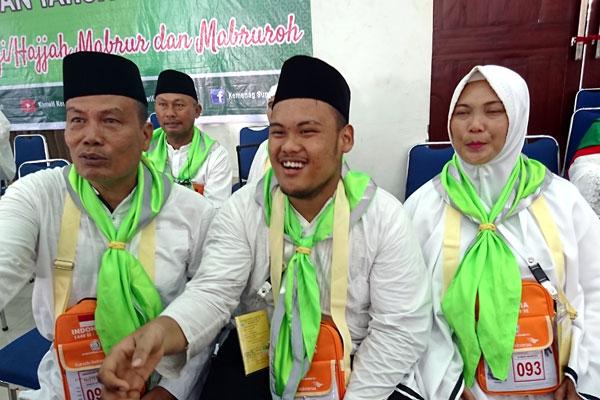 agusman/sumut pos TERMUDA: Habib Suwanda Siregar (tengah) bersama kedua orangtuanya saat antre pemeriksaan kesehatan di Asrama Haji Medan, Kamis (11/7).
