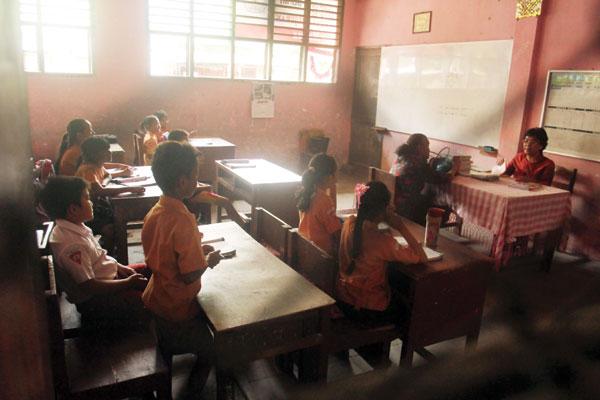 BELAJAR: Pelajar Sekolah Dasar di salah satu sekolah saat belajar di dalam kelas.