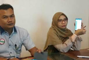 Aplikasi Mobile JKN: Kacab Medan BPJS Kesehatan, Sari Quratulainy (kanan) saat memperkenalkan fitur baru di aplikasi Mobile JKN, Rabu (26/2).
