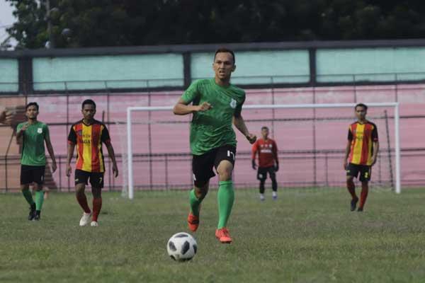 KUASAI BOLA: Striker PSMS Medan Rahmat Hidayat saat menggiring bola pada laga ujicoba kontra Gumarang FC di Stadion Teladan Medan, Senin (17/2).